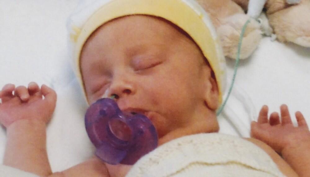 DRAMMEN SYKEHUS: Ni dager gammel ligger Andreas fortsatt trygt i kuvøsen. Vekten har gått ned, og han veier 1500 gram.