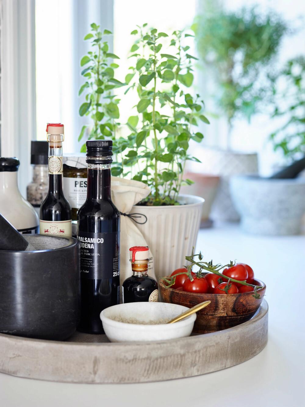 DEKORATIVT OG NYTTIG: Sett frem fat med urter og grønnsaker, det er dekorativt og nyttig.