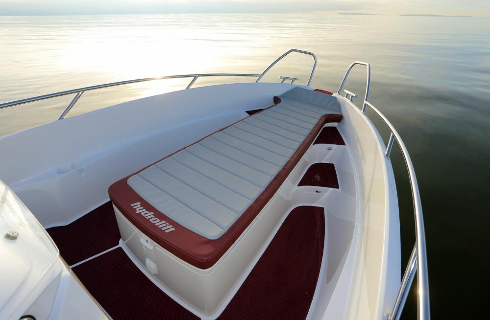 SOLPLASSEN: Under sengen skjuler det seg puter for solseng i båtens fulle bredde.