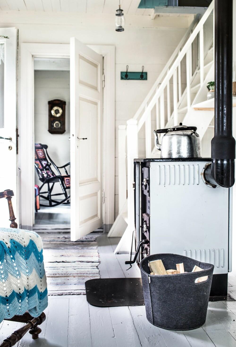HØRER TIL: Den gamle ovnen varmer raskt opp alle rom – ovnsrøret går opp gjennom et soverom og varmer dermed opp loftet også.