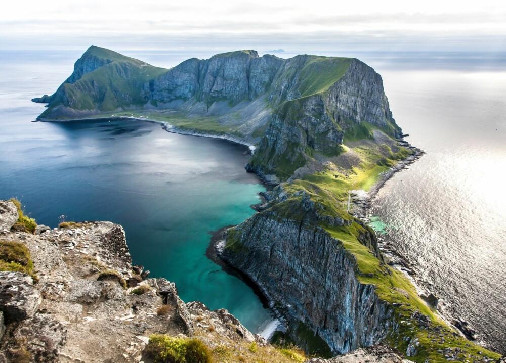 ET NORDHAVSPARADIS: Værøy er et fantastisk stykke Norge. Stien til Mostad slynger seg langs fjell og fjære, helt opp til fjellplatået. Sandstranden rett nedenfor nås kun med båt.