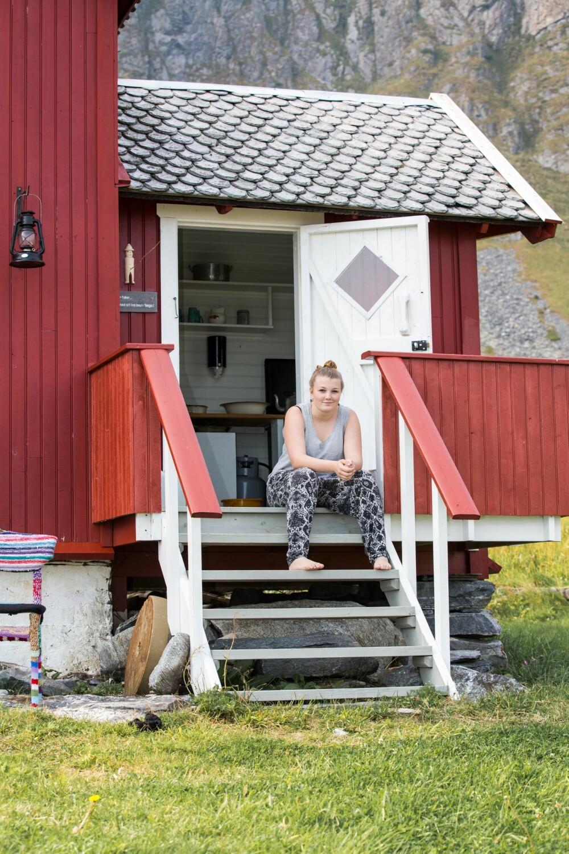 PUSTER UT: Veronica har vokst opp med oppussingen av hytta, hun har hjulpet pappa Børre med både maling og snekring. Hun liker å sette seg ned på trappa og se utover havet.