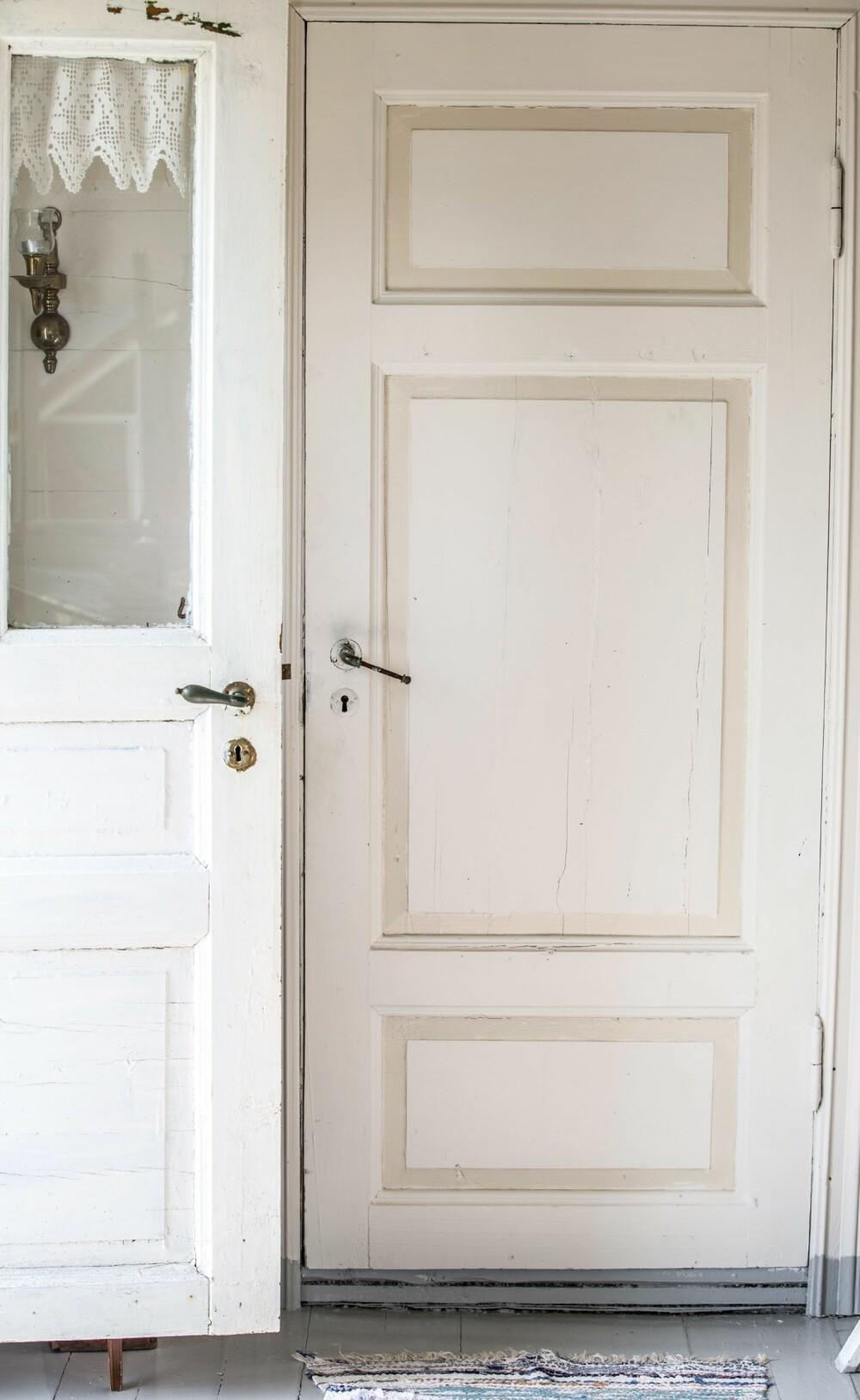 SLITEN SJARM: De gamle dørene var værbitte og slitte etter å blitt brutt opp av tilreisende. Med flikking og maling har de kommet til heder og verdighet igjen.