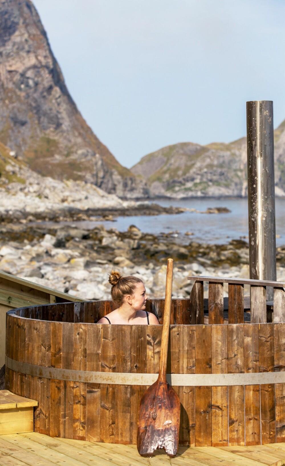 BAD MED UTSIKT: Victoria nyter et bad i badestampen, som vender mot havet. Vedovnen sørger for oppvarmet sjøvann til stampen, for hele Mostad er strømløst.