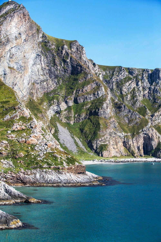 PÅ VEI: Når stranden Puin'sanden åpenbarer seg fra veien mot Mostad, er målet kommet betraktelig nærmere. Bakenfor fjellet er Sørland, sletten hvor de fleste på Værøy bor.