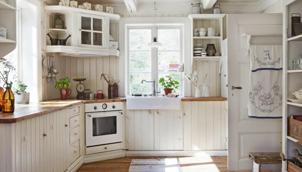 INTERIØR OG GJENBRUK: Kjøkkenet er opprinnelig fra Lyngdal i Numedal. Hjemmesnekret, så det passet inn i huset. Benken er laget av gamle gulvplanker. Det tidligere bokskapet fungerer som hylle til det meste av kjøkkenutstyret.