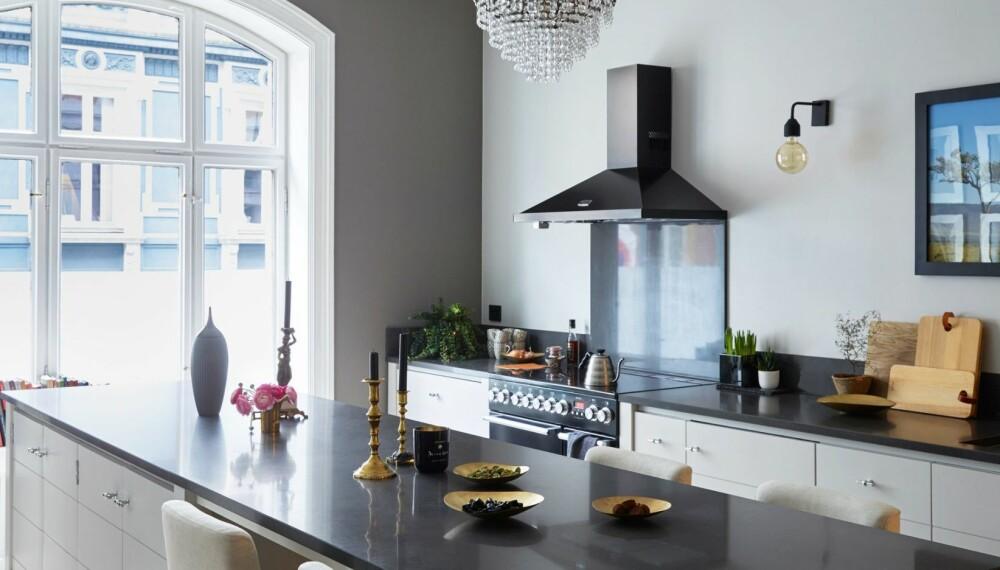REN BOHEM INTERIØR: Fordi leiligheten  er så klassisk ønsket paret seg et renere uttrykk på kjøkkenet.