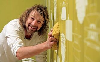 """VARMT VANN: Einar Nilsson, kjent fra TV-serien """"Tid for hjem"""" anbefaler varmt vann og svamp for å fukte tapetet. Da slipper det lettere."""