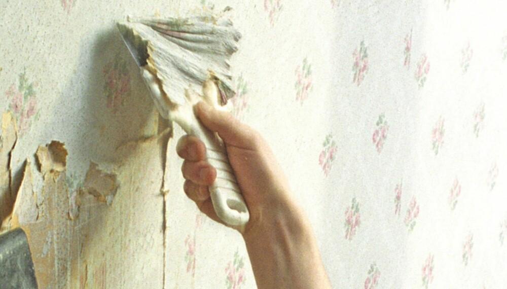 FJERNE TAPET: Dersom du bestemmer deg for å fjerne det gamle tapetet, skal du vite at jobben er enklere desto færre lag med tapet det er på veggen. Det er også en fordel om tapetet som skal fjernes er gammel og dermed slipper lettere.