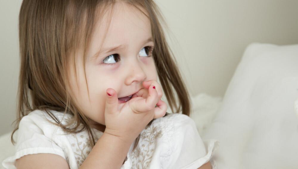 BARN SOM BITER NEGLER: Forskning sier at neglebiting opptrer oftere hos aktive og litt stressede barn, og at bitingen har en dempende effekt på rasløshet. Foto: Gettyimages.com.