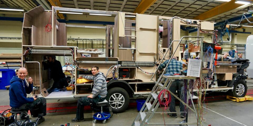 MENNESKER: I monteringshallen til Kabes bobiler fant vi én robot, men desto flere levende medarbeidere.  (FOTO: Geir Svardal)
