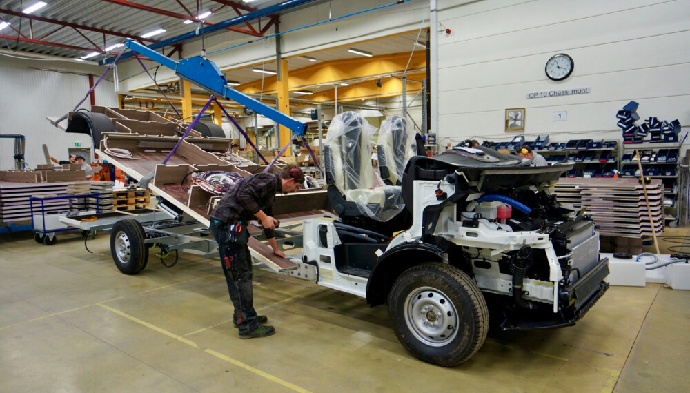 STARTEN: Her starter byggingen. Før bobilen settes på det 200 meter lange samlebåndet får chassiset påmontert gulvet. (FOTO: Geir Svardal)