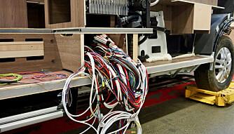 TUNGA BENT I MUNNEN: Kilometervis med ledninger skal på plass. Oppbyggingen av varmeanlegget, inkludert plasseringen av konvektorer, røper at Kabe fokuserer på skikkelig luftsirkulasjon.  (FOTO: Geir Svardal)