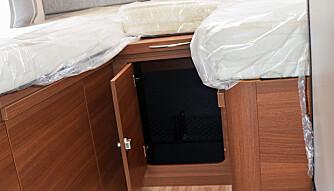 LUKE: Under sengene finnes to garderobeskap, men også en skyveluke som gir tilgang til garasjen.  (FOTO: Torbjörn Stålenhag)