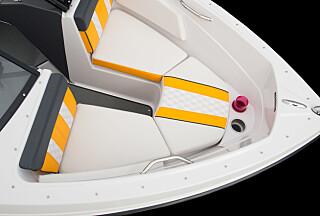 DRIKKEHOLDERE: Du finner alltid et sted å sette fra deg boksen i en USA-båt. (FOTO: Glastron)