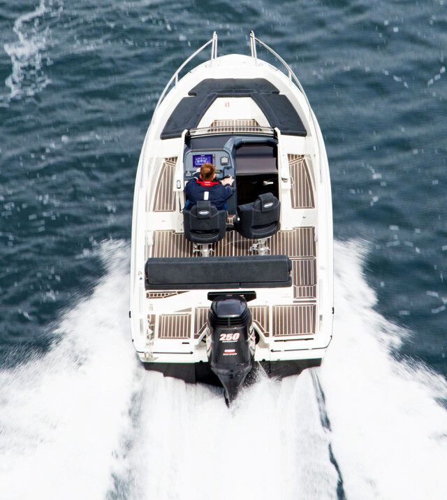 MYE ROM: Center Console-versjonen gjør det lett å bevege seg rundt i båten. (FOTO: Terje Bjørnsen)