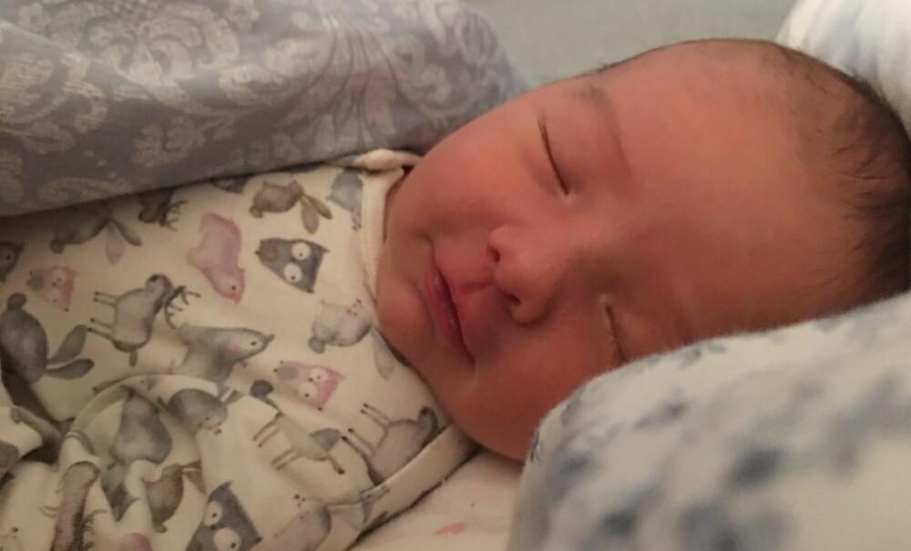 Aurora både smiler og ler i søvne, så hun har nok noen fine drømmer! Foto: Privat
