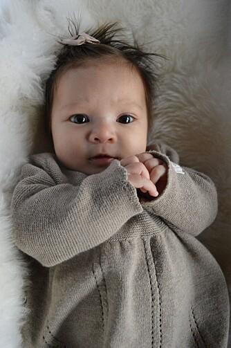 Olivia har pyntet seg i ny kjole, og her har hun blitt 12 uker gammel. Foto: Privat