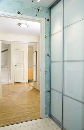Dørene heter NoGa Divided og er i hvitt glass med sølv omramming, fra Elfa Norge.