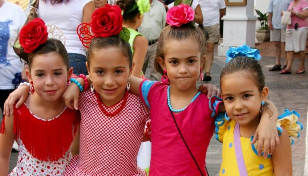 TRADISJON: Seniorita-venninner i flamencokjoler og klare for fest i Nerja.