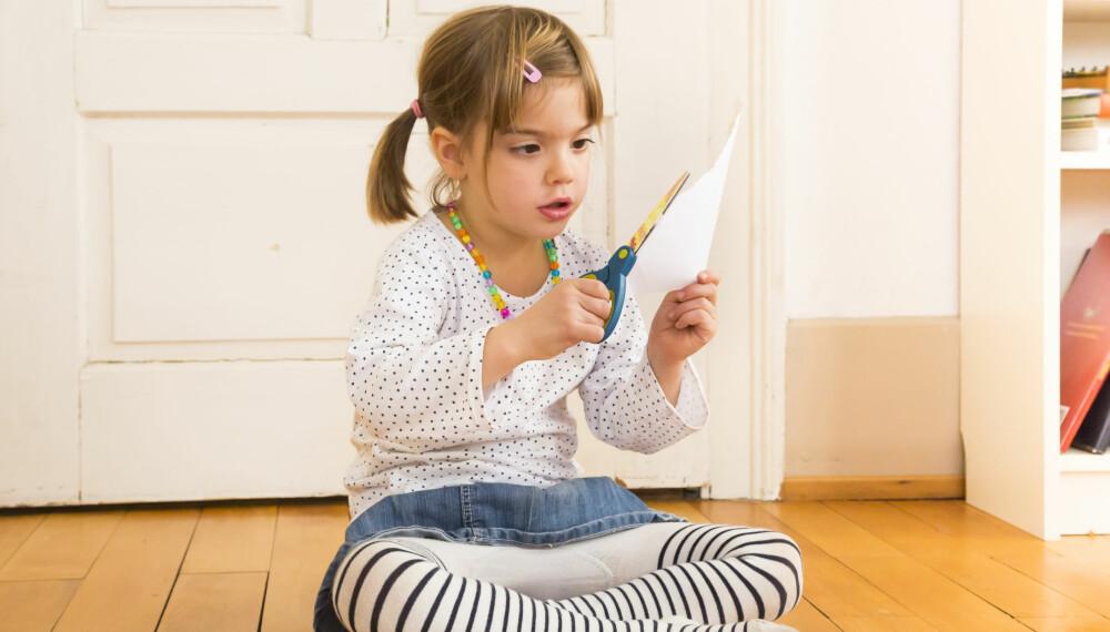 BARN 4 ÅR: Utviklingen til 4-åringen er stor. Nå mestrer barnet å tegne og klippe med saks langs en strek.