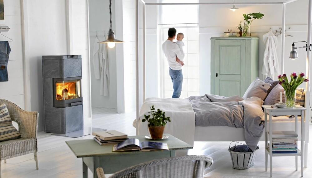 TUNG OG NETT: Den moderne klebersteinsovnen 26T fra Handöl er 131 cm høy og veier 420 kilo, www.varmefag.no.