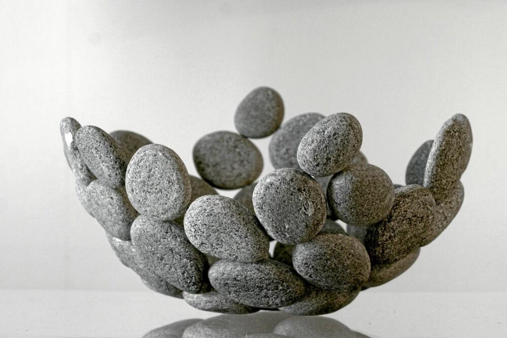 STEIN PÅ STEIN: Bollen Lightness of Stone er designet av industridesigner Linn Tale Haugen. Steinene er formet av havet og plukket på en strand i Selje, linntale.com.