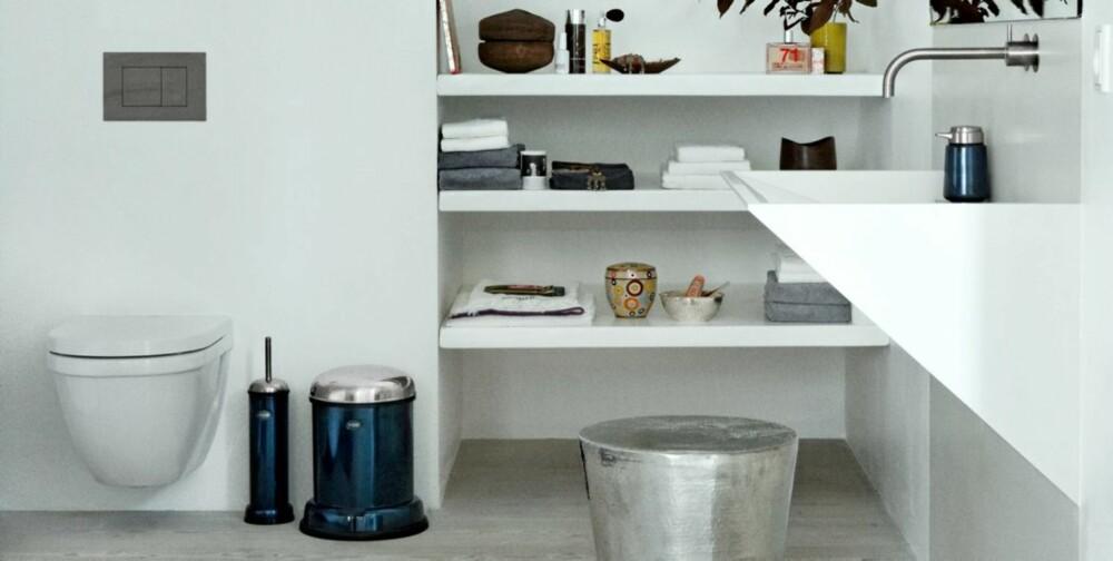 KONTRAST: Resten av baderomsinteriøret er rent , glatt og stramt i formen.
