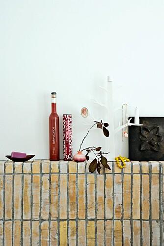 HYLLEPLASS: På kanten av badekaret er det plass til velværeprodukter.