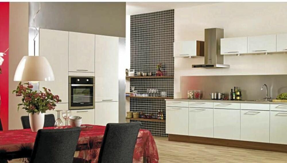 HTH DEKOR HVIT HØYGLANS: Bildet viser kun hvordan HTHs kjøkken i testen ser ut, og ikke de nøyaktige kjøkkenmodulene som er prissatt.