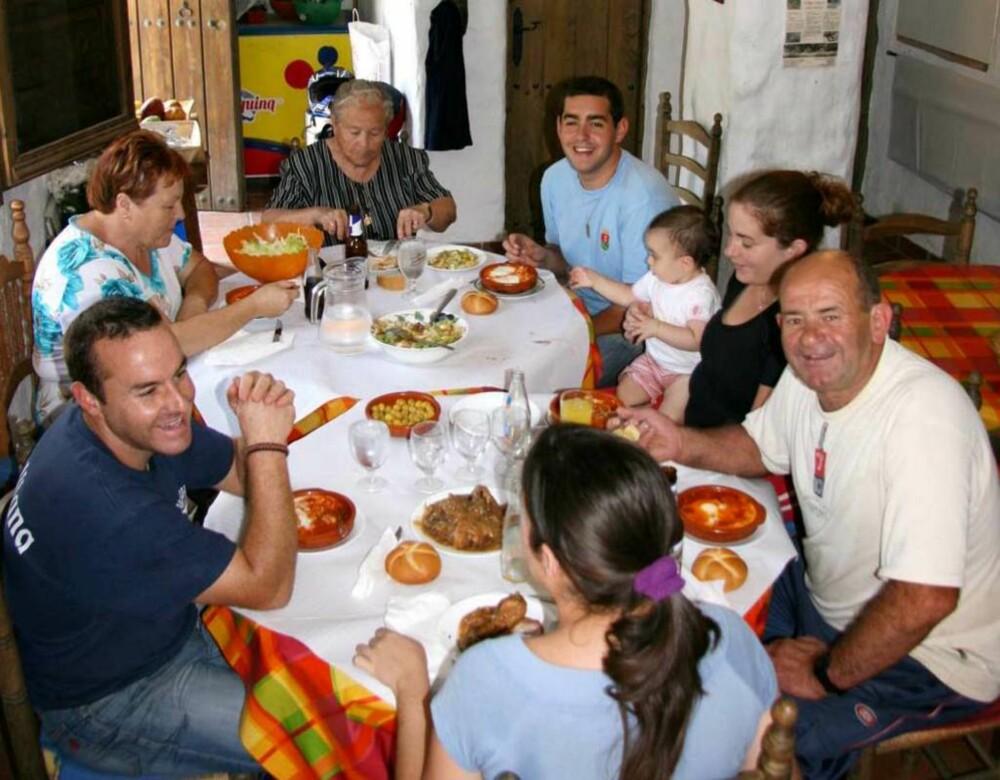 SAMLET FAMILIE: Familien Garcia gjenreiste landsbyen El Acebuchal som er blitt et nydelig feriested. Bestefar Abuelo håper barnebarnet vil ta vare på landsbyen i fremtiden.