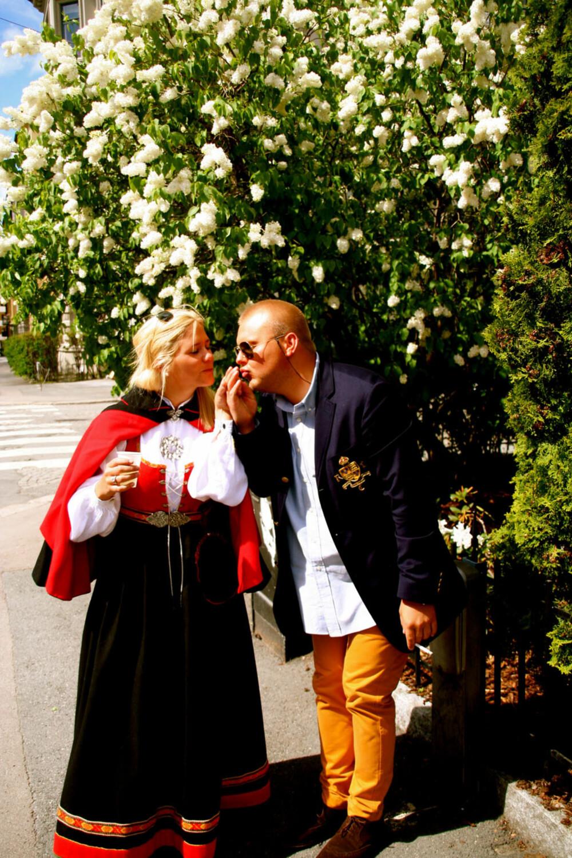 BUNAD:   Hva slags bunad er dette?: Vestfoldubunad, rød og sort  Hvem ser vi på bildet? : Fie Ringdal og Stian Jensen  Hvor er bildet tatt, og i hvilken situasjon?: Bildet er tatt på Frogner etter 17. mai frokost, 2011