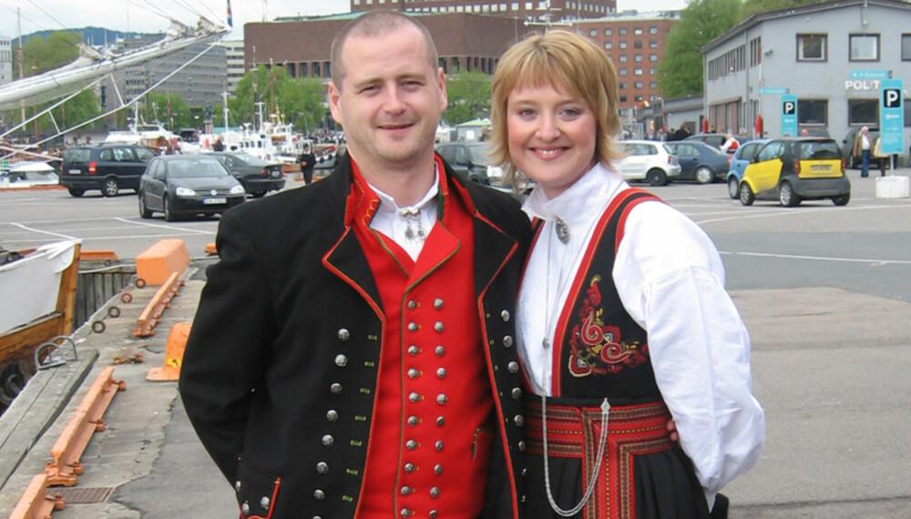 BUNAD: Hardangerbunad for menn og Anna Bamle for kvinner.