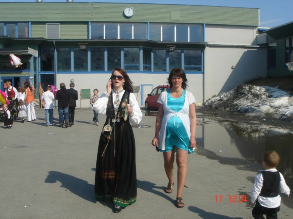 BUNAD:  Hva slags bunad er dette?: Sognebunad  Hvem ser vi på bildet? : Meg og mamma  Hvor er bildet tatt, og i hvilken situasjon?: Bildet er tatt utenfor Ramfjord skole i Troms, 17.mai for to år siden.