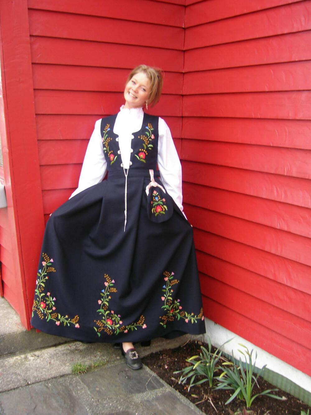 BUNAD: Hva slags bunad er dette?: Bergens Bunad  Hvem ser vi på bildet? : Susanne Kaland  Hvor er bildet tatt, og i hvilken situasjon?: Første gang jeg prøvde bunaden min. Stolt mormor tar bildet!