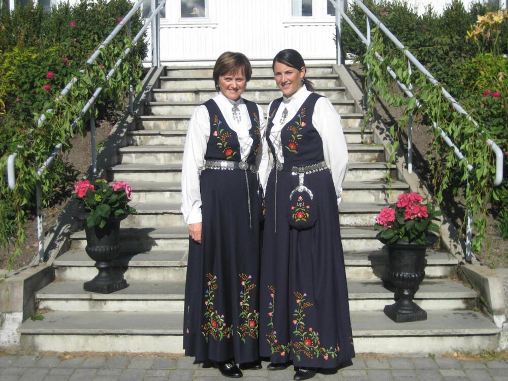 BUNAD:  Hva slags bunad er dette?: Bergensbunad  Hvem ser vi på bildet? : Meg og min mor  Hvor er bildet tatt, og i hvilken situasjon?: Bryllup til min fetter i Hokksund.