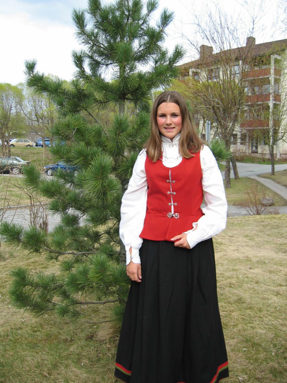 BUNAD:   Hva slags bunad er dette?: Finnmarksbunad, kvinne  Hvem ser vi på bildet? : Dette er ett bilde av meg  Hvor er bildet tatt, og i hvilken situasjon?: Bildet er tatt i 2003 i anledningen min konfirmasjon. Bilde er tatt på Tiller i Trondheim