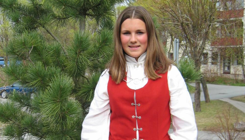TOPPBILDE: Finnmarksbunad kvinne.