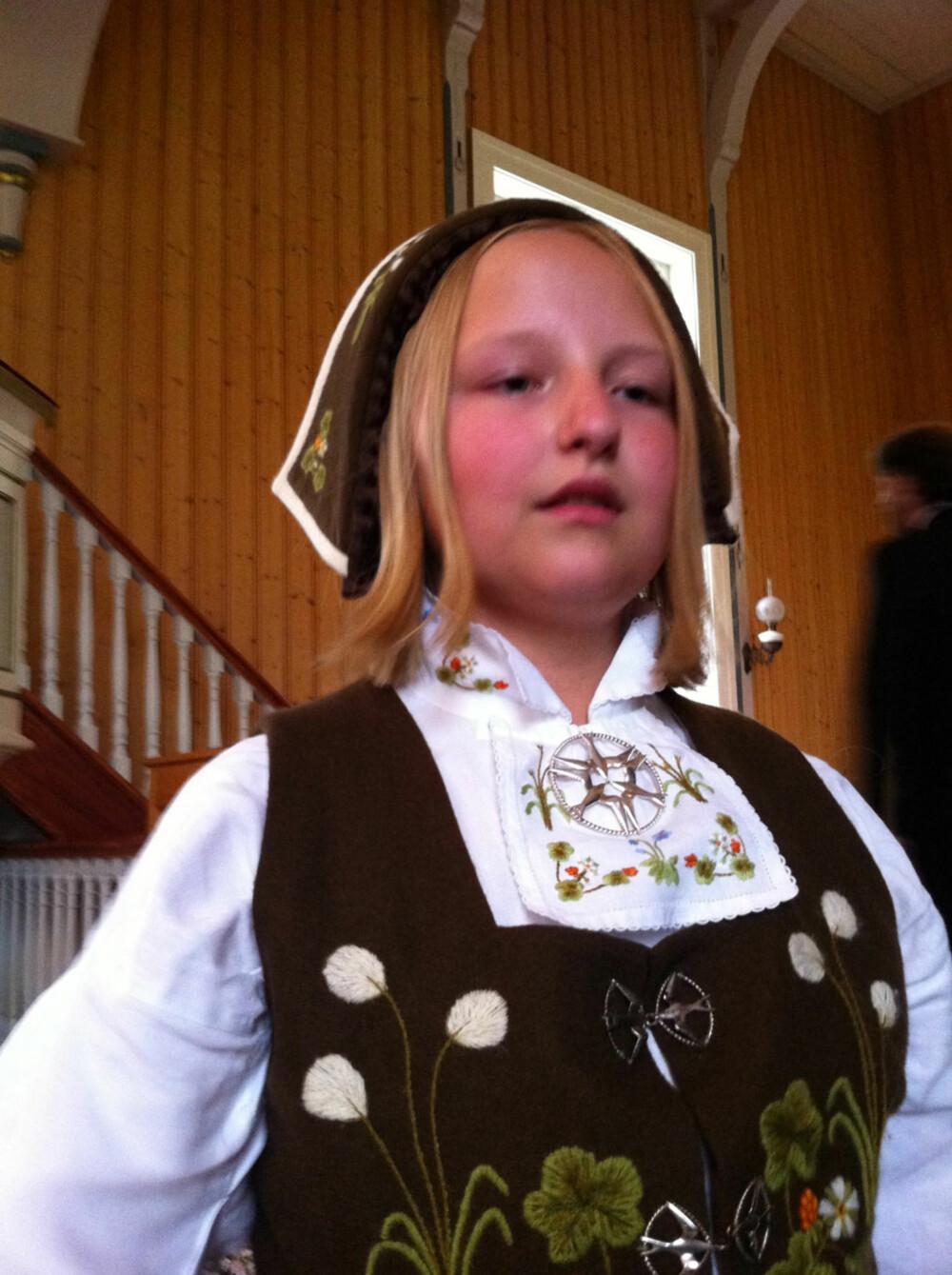 BUNAD:  Hva slags bunad er dette?: Senjabunad  Hvem ser vi på bildet? : Henriette Renmælmo Sletten  Hvor er bildet tatt, og i hvilken situasjon?: I Målselv bryllup til tante .