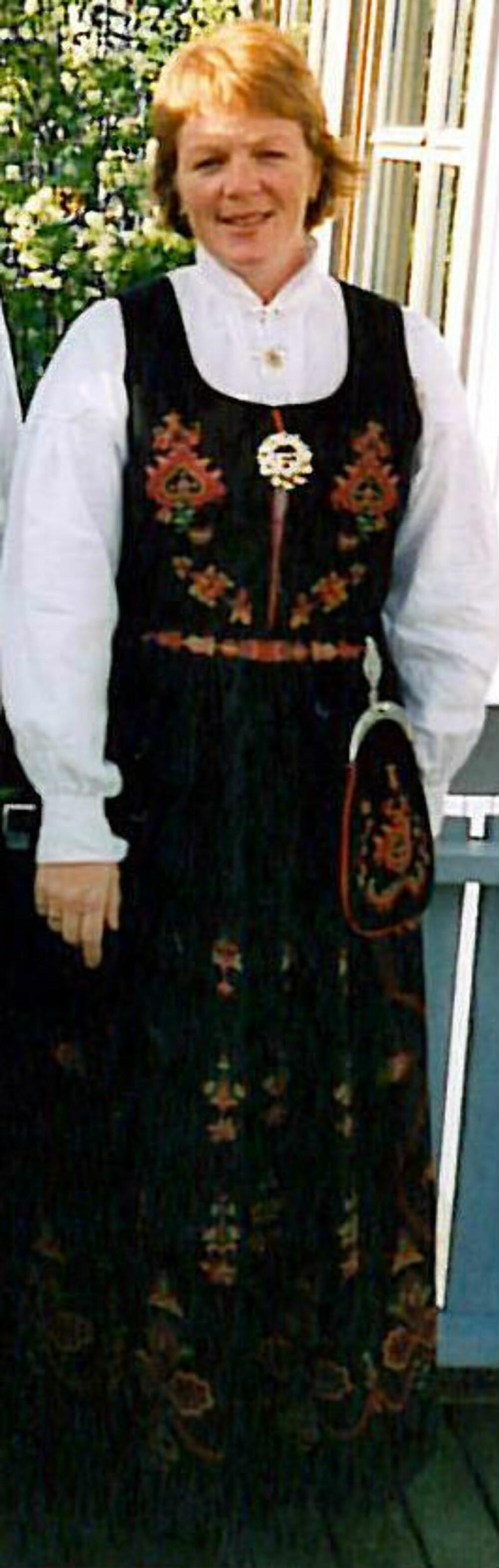 BUNAD:  Hva slags bunad er dette?: Dette er en rekonstruert Sunnmørsbunad fra Sykkylven  Hvem ser vi på bildet? : Oddlyn Ødegård  Hvor er bildet tatt, og i hvilken situasjon?: Tatt i Trondheim på 17. mai 2002.