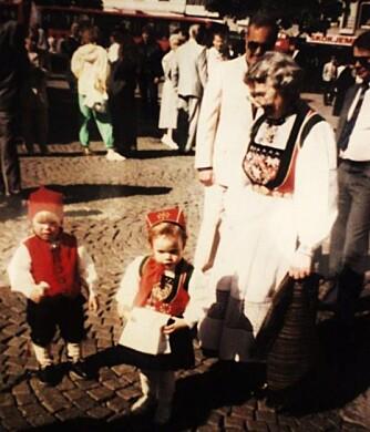 BUNAD:   Hva slags bunad er dette?: Pikebunad frå Voss, konebunad frå voss og guttebunad frå voss  Hvem ser vi på bildet? : Meg, Thale Underberg, min fetter og min oldemor.  Hvor er bildet tatt, og i hvilken situasjon?: 17 mai, Bragernes torg i Drammen. ca. 1989