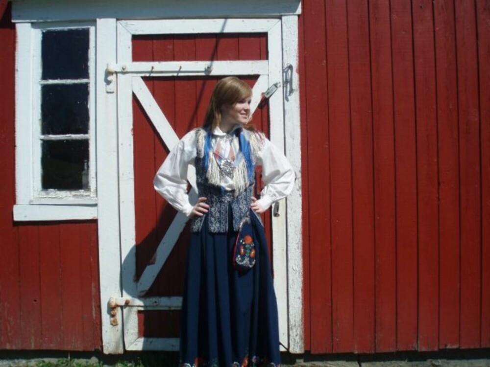 BUNAD:   Hva slags bunad er dette?: Nordtrøndelag/Floandrakt  Hvem ser vi på bildet? : Janita Lysjø  Hvor er bildet tatt, og i hvilken situasjon?: Tatt i Trøndelag, rett får en konfirmasjon
