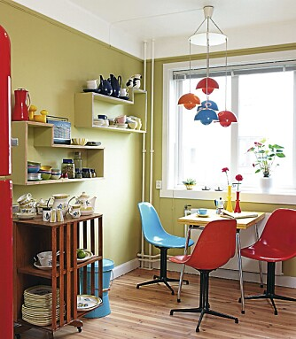 """BLOMSTERTID: Hengende """"Flower Pot"""", designet av Verner Panton, respatexbord og ekstrabord med hjul. Eams fargerike plaststoler bringer oss også straks tilbake i tid."""