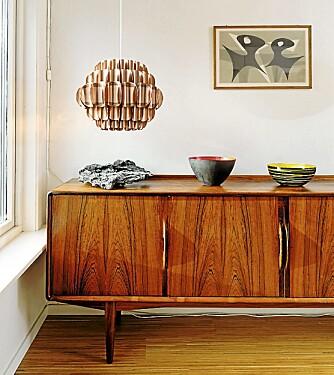 RETROSKJENK: Palisanderskjenk er typisk for tidsepoken. Det samme er emaljebollen, designet av Grete Prytz Kittelsen i 1958.