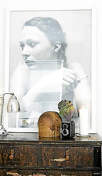 PERSONLIG STILLEBEN. Et fotografi av Massimo Leardini, en antikk fransk bordlampe og en slitt kommode. Den eklektiske stilen har mange uttrykk.