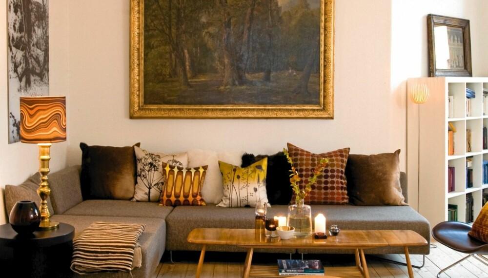 GJENNOMFØRT STILBLANDING. Interiøret er satt sammen av elementer fra ulike stilepoker, som et nasjonalromantisk landskapsmaleri og et skandinavisk femtitallsbord.