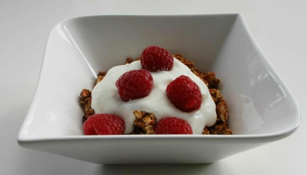 HVERDAGSLUKSUS: Hjemmelaget frokostblanding med kirsebærkompott smaker utrolig godt! Perfekt til yoghurt, kesam og friske bær.