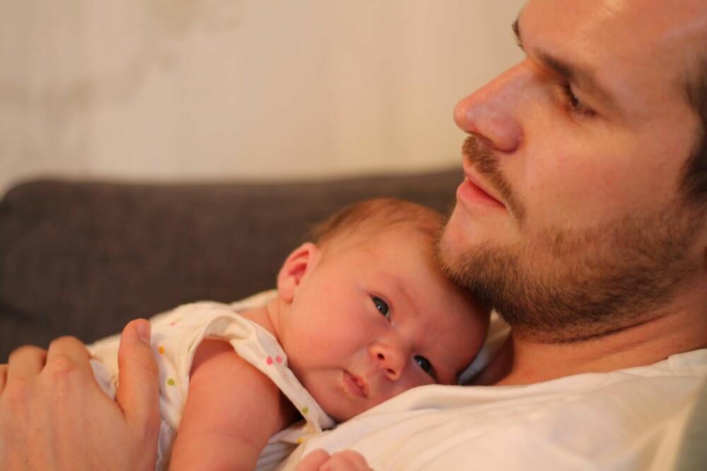 Det er deilig med nærhet, og godt å slappe av litt på pappas bryst. Foto: privat