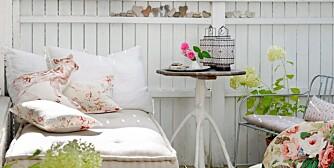Dagsengen på terrassen har markise som stanser både sol og regn. Beboerne sover gjerne i utesengen om sommeren. På dagtid fylles den med puter i ulike mønstre og farger, blomstrete puter fra Bolina. Madrassen med linstoff fra Ralph Lauren kan lages etter mål hos Kvist. Bordet med trebein er kjøpt hos brukthandler ¿ mens den lille, blomstrete stolen er loppemarkedfunn.