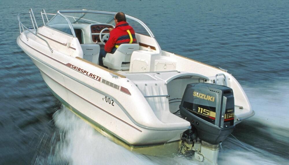 LETT I SJØEN: Skibsplast 605 går lett i plan og klarer seg med liten motor.